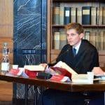 Anwalt am Tisch