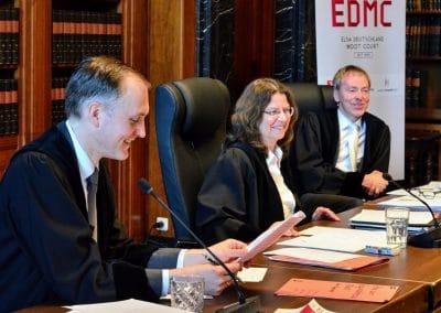 Drei Richter amüsiert am Richtertisch