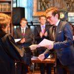 Erika Andreß überreicht Urkunde an strahlenden Teilnehmer
