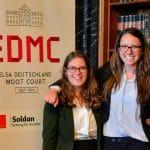 Hannah Beck (ELSA Deutschland, li.) mit Lea Gürtler (ELSA Hamburg) vor EDMC Logo